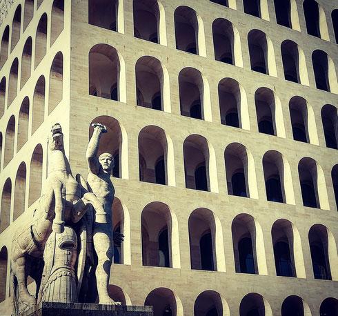 A osservare le geometrie perfette del Colosseo Quadrato, alias palazzo della Civiltà del Lavoro, si capisce perché tanti registi l'abbiano scelto come sfondo dei loro lavori