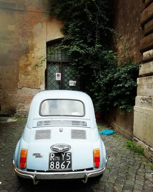 La Fiat 500 dall'azzurro sbiadito, il muro un po' fatiscente, il verde del rampicante e perfino la busta a terra...tutto molto pittoresco!