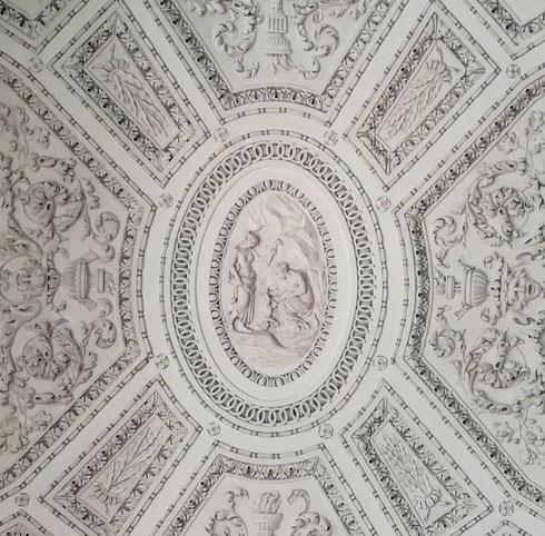Sembra un merletto, invece è il soffitto dello scalone di palazzo Braschi.  Ispirati al mito di Achille, questi stucchi raffinatissimi sono opera di Luigi Acquisti...lo vedete al centro il piccolo Achille mentre viene immerso (tutto tranne il tallone) nelle acque dello Stige?