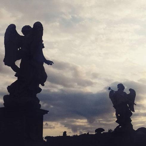 Dopo l'angelo di san Rocco, protagonista del post di ieri, anche due di quelli di ponte sant'Angelo reclamano il loro - meritatissimo - quarto d'ora di celebrità