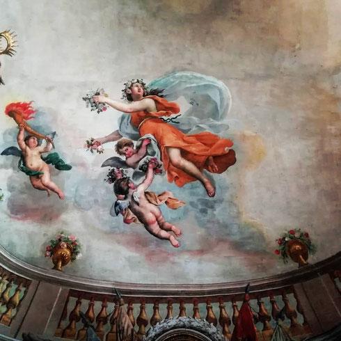 La sala delle Feste dell'appartamento principessa Isabelle di palazzo Colonna fu affrescata all'epoca del chiacchieratissimo matrimonio tra Lorenzo Onofrio Colonna e Maria Mancini, nipote del potente cardinale Mazzarino
