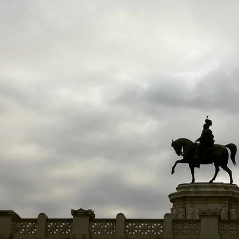 Vittorio Emanuele II sfida un mare di nuvole