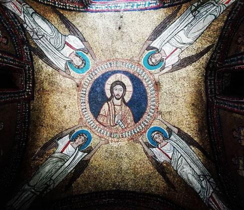 Preziosi mosaici in stile bizantino ricoprono la piccola cappella di san Zenone a santa Prassede: datata al X secolo, il sacello fu pensato da papa Pasquale I come spazio per accogliere la tomba della madre Teodora