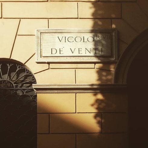 No, non c'entra Eolo, vicolo de Venti, tra Piazza Farnese e palazzo Spada, deve il nome alla famiglia Venti che qui aveva un palazzo, demolito nel 1940
