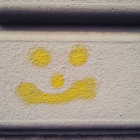 È lunedì mattina, la giornata uggiosa...poi, all'improvviso, un muro ti sorride. E allora va un po' meglio...