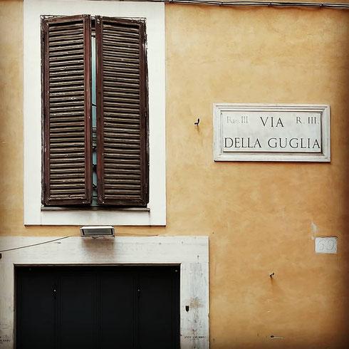 Tra Montecitorio e il Pantheon, via della Guglia fa riferimento proprio all'obelisco che sorge nella piazza di fronte alla camera dei deputati