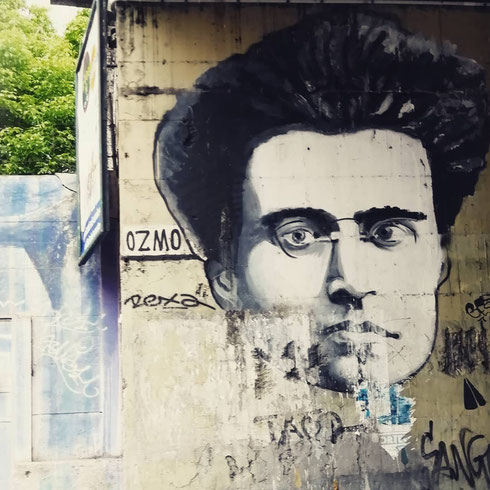 Dal muro del sottopasso di via Ostiense, Antonio Gramsci (non distante dal cimitero acattolico, dove è sepolto) osserva i passanti. Si tratta di un'opera di Ozmo, al secolo Gionata Gesi, street artist toscano