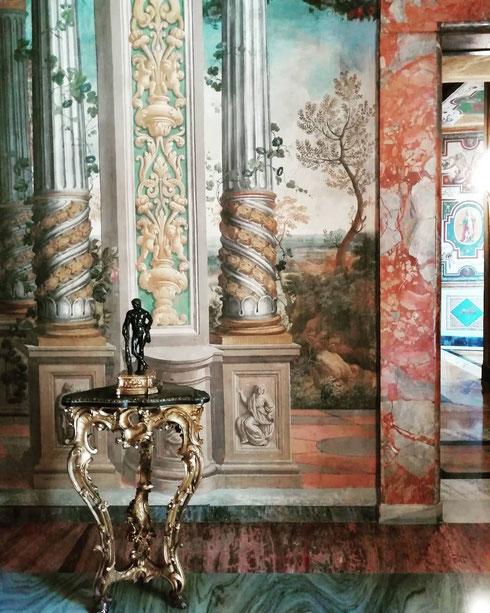 La sala del Dughet venne decorata a tempera da Gaspard Dughet (ça va sans dire...), il paesaggista più amato da Lorenzo Onofrio Colonna. È l'unica che mostra il pavimento come doveva apparire in origine, prima dei restauri del secolo scorso