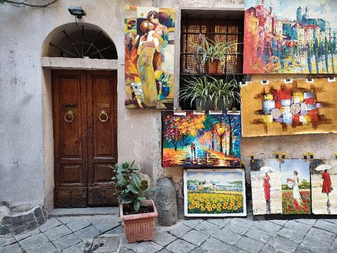 In vicolo delle Vacche, a un passo da piazza Navona, i vicini di casa sono quadri di tutti i colori...almeno non sono rumorosi come - mediamente - i vicini umani