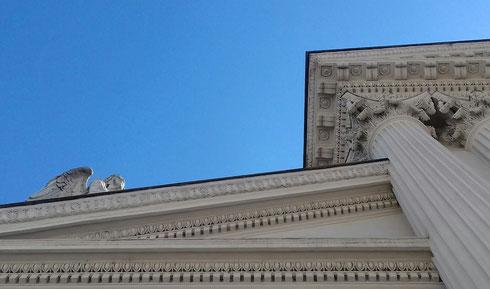 Nascosto dal timpano della chiesa, l'angelo di san Rocco all'Augusteo osserva chi passa