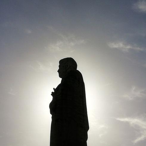 Avete presente la manona di ieri? È del compagno della statua qui accanto: questo Pietro, l'altro Paolo, stanno a guardia della basilica omonima all'EUR...domani ne parliamo un po' meglio