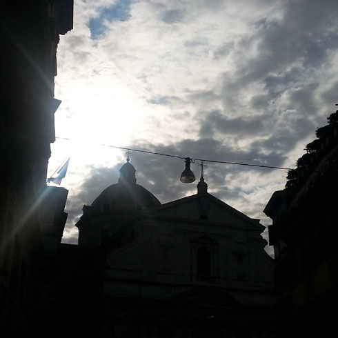 Quando ti si para di fronte, la mole della chiesa del Gesù affascina e incute rispetto allo stesso tempo...se poi ci sono le nuvole niente (eccetto il lampione) intacca lo spettacolo