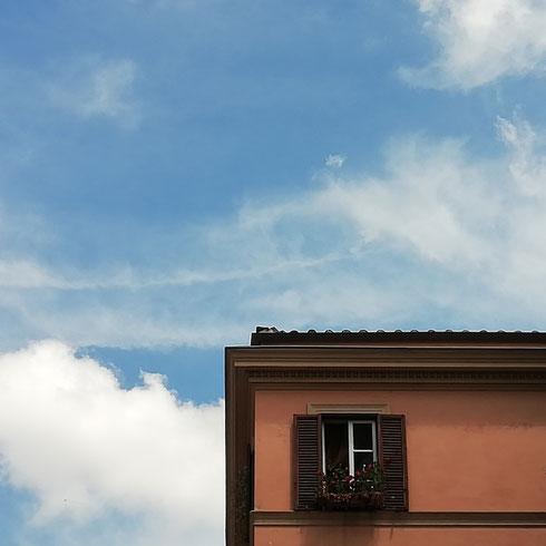 Le finestre tra via di San Crisogono e via della Luce sono aperte sul cielo