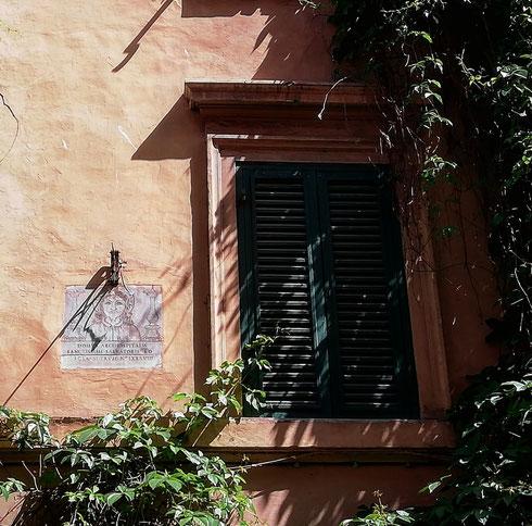 In via della Lungaretta qualcuno si affaccia da una finestra chiusa