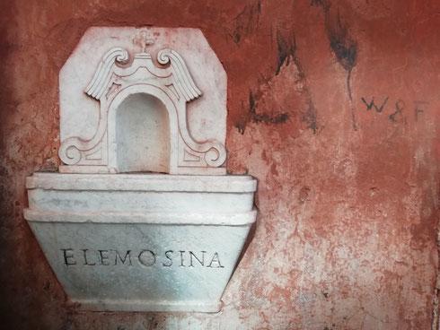 Ho la passione per i muri colorati: rosso, ocra, rosa (ne ho visto uno ieri, oggi torno a fotografarlo), arancio, oppure le sfumature dell'azzurro cielo che erano così comuni nella Roma del Seicento...  Quando poi sul muro (scrostato quel che basta) c'è una cassettina per le elemosine, allora è la perfezione. Questa qui è accanto alla chiesa della Trinità dei Pellegrini, a Campo de' Fiori  Confessatemi ora voi qual è il dettaglio che cercate sempre, quando andate a zonzo per la città...