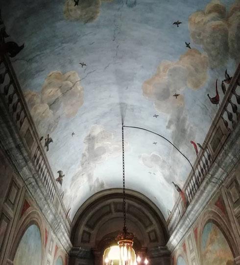 Cieli dipinti a palazzo Colonna; nel palazzo barocco è tutto un susseguirsi di trompe l'oeil che portano la natura dentro ogni sala