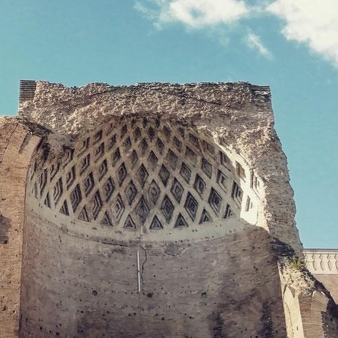 Ben visibile dal Colosseo e da via dei Fori Imperiali, il tempio di Venere e Roma è il più grande del foro romano. Costruito da Adriano, ha una curiosa pianta a doppia cella, utilizzata poi dalla chiesa di santa Francesca Romana