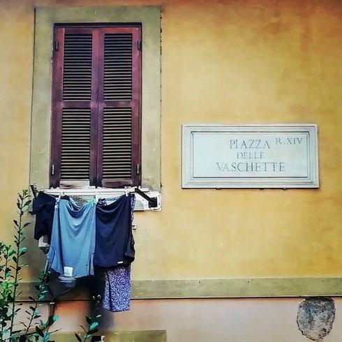 Affacciata su Borgo Vittorio, piazza delle Vaschette prende il nome da alcune fontanelle che evidentemente si trovavano qui...oggi rimane solo la piccola fontana dell'acqua Angelica su un lato, e i panni stesi sull'altro lato