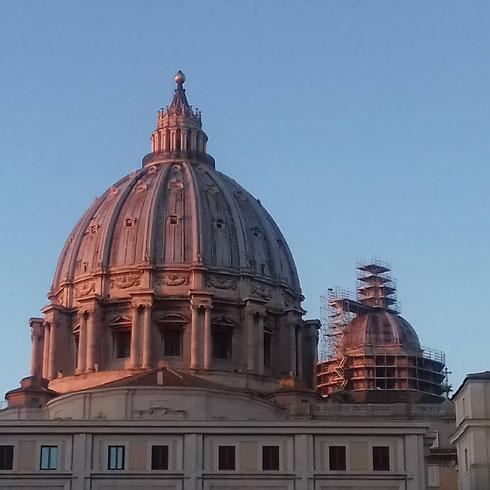 Questa settimana si parla di cupole...possiamo non cominciare dalla più famosa, quella di san Pietro? Eccola qui al tramonto, con la sorella minore in restauro