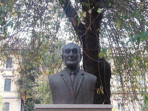Un po' di Totò serve sempre, anche se il busto di piazza Cola di Rienzo, nascosto tra un'edicola e un cinema, non è poi così somigliante...