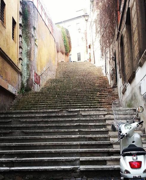 La vita è fatta a scale...anche i più pigri a un certo punto devono scendere dalla vespa e andare a piedi, su per la salita di sant'Onofrio
