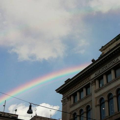 Con l'infanzia ormai superata da un pezzo, quando vedo un arcobaleno spuntare nel cielo dopo la pioggia torno bambina e sono scioccamente felice...a voi quando succede qualcosa del genere?