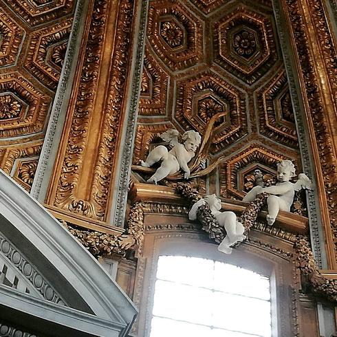 Sulla cupola di sant'Andrea al Quirinale i puttini hanno sempre un gran daffare, ma a volte si prendono una pausa e fanno l'altalena