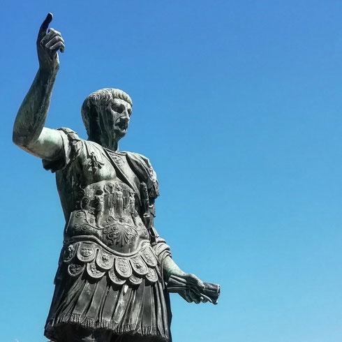 Con il suo taglio a scodella (oggi lo porta, con altra grazia, anche Charlize Theron) Traiano è sempre stato per me l'imperatore più facile da riconoscere in un marasma di ritratti di ogni epoca e stile...ma quanto erano vanitosi gli antichi romani? Pare ad esempio che Cesare fosse molto felice di poter sempre sfoggiare la corona da trionfatore per poter nascondere la sua incipiente calvizie