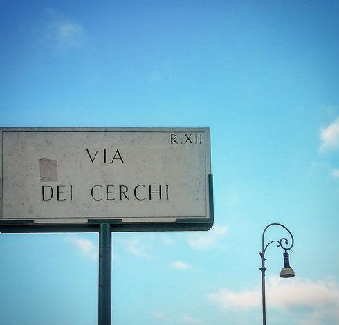 Via del Circo Massimo, via del Circo, via del Cerchio, via dei Cerchi...ecco come, in quattro mosse, si parte da un dato certo e si arriva alla topografia moderna