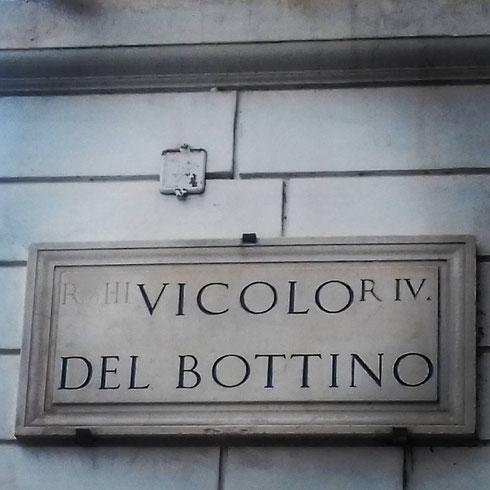 In realtà non c'entrano i pirati o i tesori nascosti, vicolo del Bottino prende il nome dalle condutture e da una cisterna dell'acquedotto Vergine