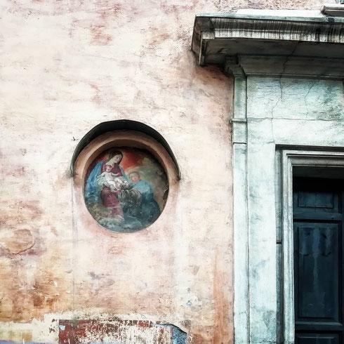 Invisibile ai più, su un lato della piazza di Sant'Andrea della Valle, una Madonnella fa capolino da un piccolo oblò del palazzo della Valle. È un poco rovinata e consumata dal tempo, ma vale la pena regalarle uno sguardo quando si passa da lì