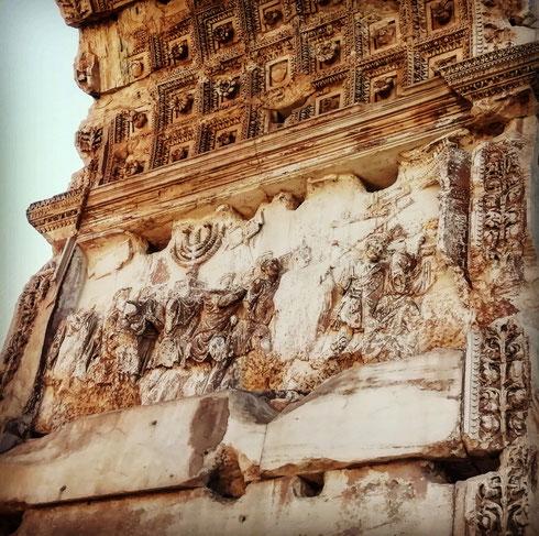 Costruito dopo la morte di Tito, l'arco del foro romano ne celebra le imprese: il rilievo interno ricorda la conquista di Gerusalemme e il saccheggio della città, con i soldati che portano il bottino in trionfo. Si vede bene infatti il candelabro a sette bracci: per questo gli ebrei di Roma hanno per secoli rifiutato di passare qui sotto...