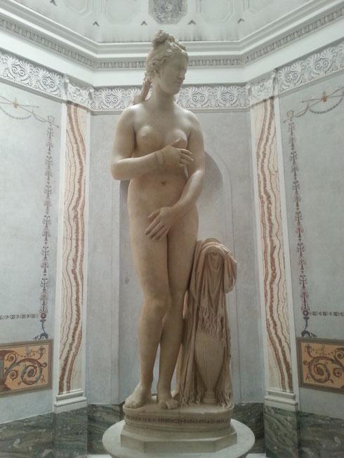 Superata brillantemente la prova costume, la Venere dei musei Capitolini si prepara al bagno per far fronte ad un caldo mercoledì d'agosto...