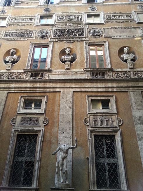 Il cortile di palazzo Mattei di Giove, tra via Caetani e via dei Funari, è un ottimo esempio di collezionismo archeologico, con reperti disposti con cura sulle pareti, per le scale, sul loggiato...da fare invidia a ogni collezionista moderno!
