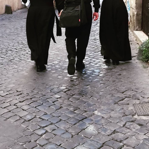Tonaca o clergyman? Scelte di stile (sacro) in via dell'Archetto