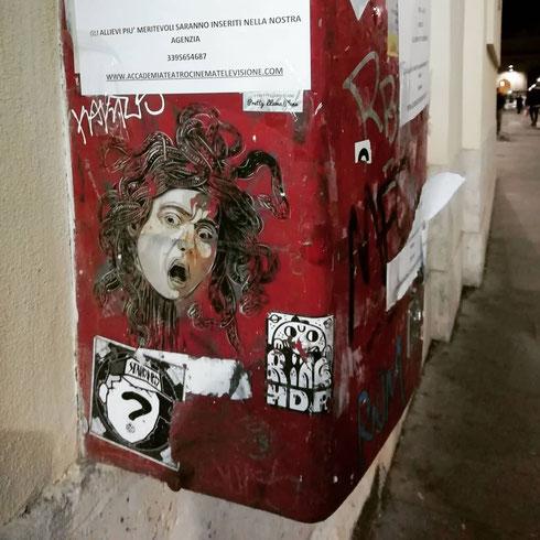 La medusa di Caravaggio sembra contrariata...forse non avrà trovato il francobollo per imbucare la sua lettera nella buca di via del Corso