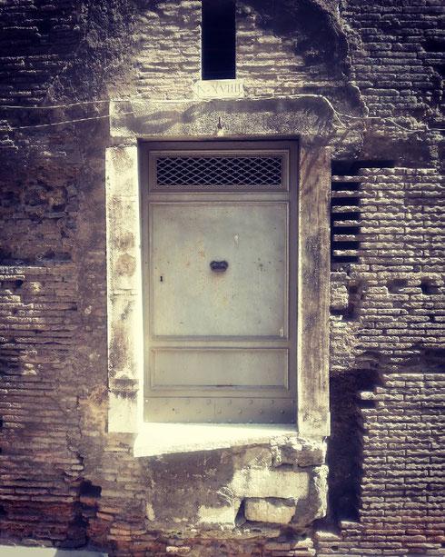 Misteriose porte sospese al Pantheon...sarà per giganti, creature alate o cosa?