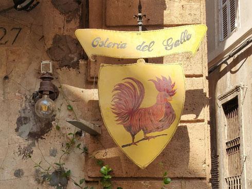 Ho deciso che d'ora in poi mangerò solo all'osteria del Gallo; come si può resistere ad un'insegna così allegra e colorata?