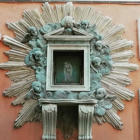 La madonnella di via Mario de' Fiori è una copia della miracolosa Madonna dell'Archetto, collocata qui per volere di papa Pio VI