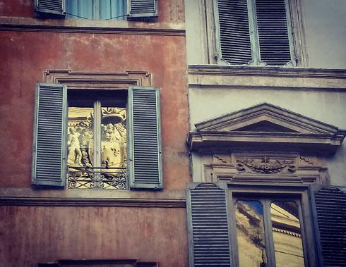 Dettagli di san Luigi dei Francesi sui palazzi di fronte