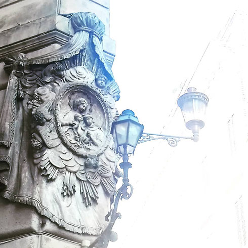 Tra via del Leoncino e Fontanella Borghese, la barocca Madonnella con bambino e sant'Antonio