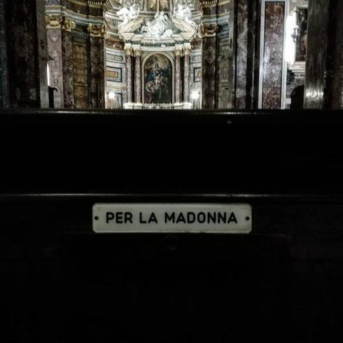 Comicità involontaria su uno dei banchi della chiesina di Sant'Antonio dei Portoghesi, a un passo da via della Scrofa. Scherzi a parte, se vi capita entrate qui per ascoltare la messa in portoghese: suonerà come un fado