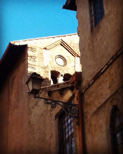 Una deliziosa finestrella nascosta si affaccia su via Montanara...