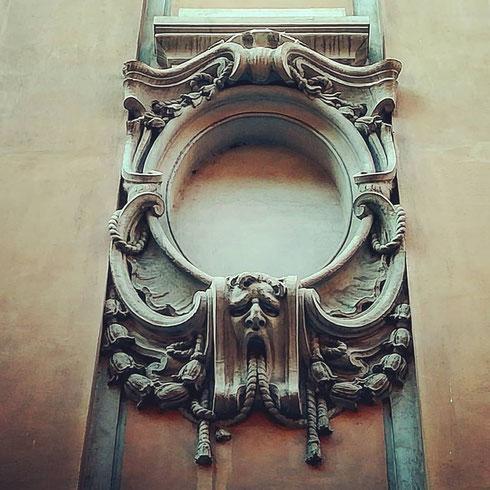 Mi sembra evidente che nemmeno al mascherone del palazzetto su via di San Marcello piaccia il lunedì