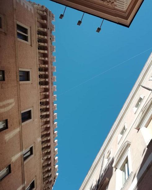 Finalmente tra i palazzi di piazza Venezia spunta uno spicchio di cielo azzurro