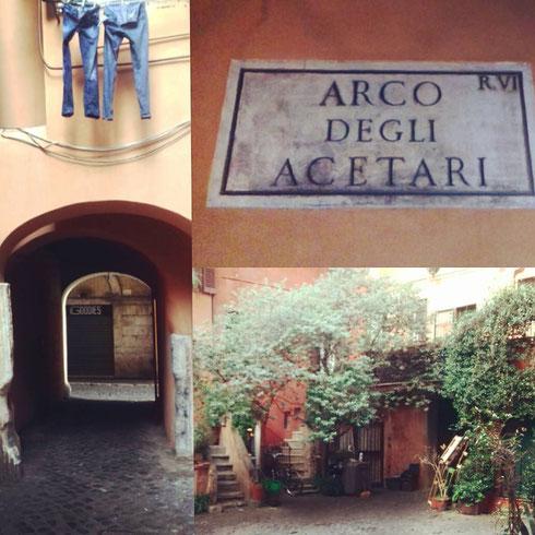 Seminascosto lungo via del Pellegrino, l'arco degli Acetari ricorda la presenza dei venditori di acqua acetosa...e i panni stesi? Fanno colore, lasciateli pure penzolare dalla finestra, come un festone