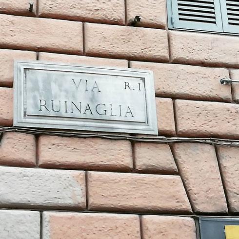 E io che pensavo a qualche riferimento alla città antica e alle sue tante rovine...invece via Ruinaglia, tra via Cavour e via Urbana, nel rione Monti, ricorda la famiglia Rovinaglia, che aveva delle proprietà in zona