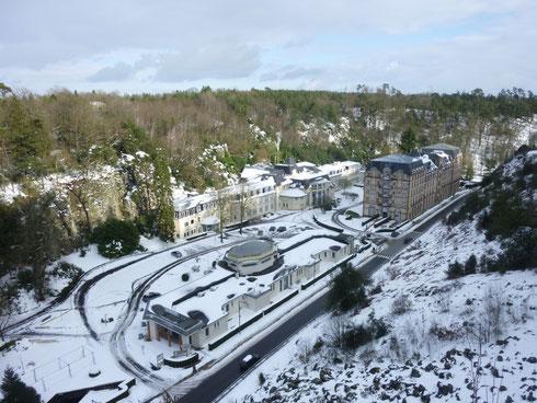 L'établissement de soins et la résidence, sous la neige...