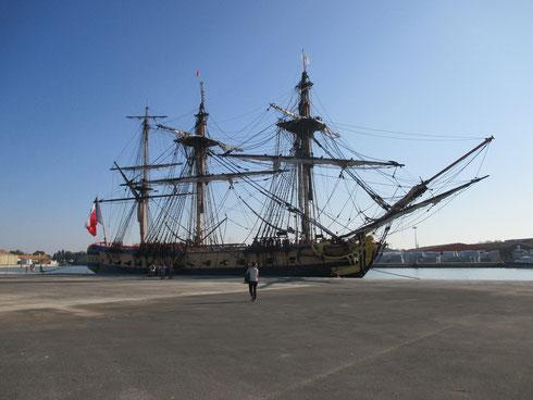 La voici lorsqu'elle est arrivée à quai, au port de commerce...