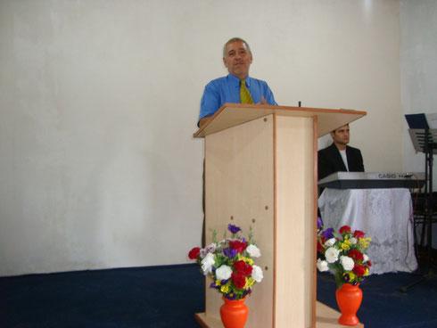 Pastor Jorge León junto a su congregación